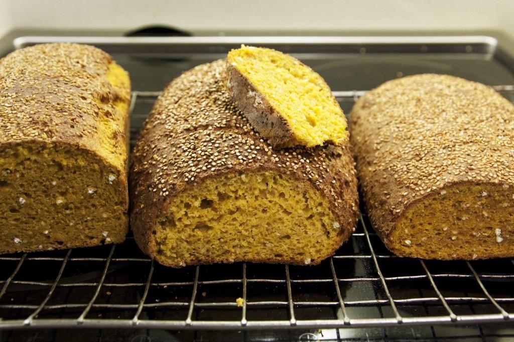 Gulrotbrød v1.0 (med egg) til venstre, v2.0 (uten egg med lecitin) i midten og gulrotbrød uten egg til høyre.